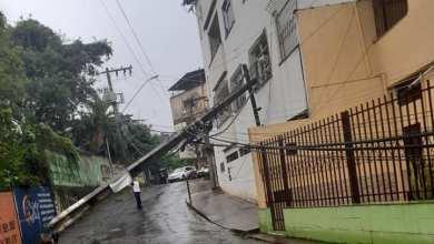 Photo of Após chuva, poste cai e trânsito fica impedido em rua do bairro de Fátima