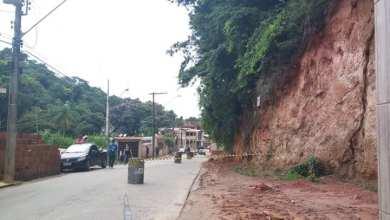 Photo of Defesa Civil de Teixeiras realiza trabalhos na Rua Primeiro de Maio; trânsito está em meia pista