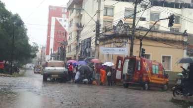 Foto de Mulher fica ferida após acidente envolvendo moto e carro na Av. Santa Rita