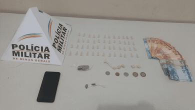 Photo of Homem é preso e adolescente é apreendido ao entrarem com drogas dentro de casa em Ubá
