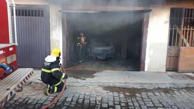 Photo of Carro pega fogo dentro de garagem em Viçosa