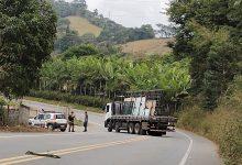 Photo of Motociclista fica ferido após colisão com caminhão em Teixeiras