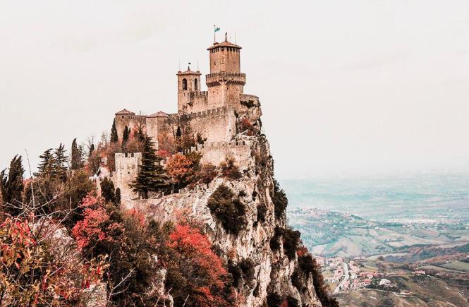 Vista do castelo de San Marino no outono