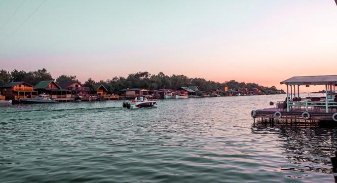 Pôr-do-sol em Ada Bojana e seus restaurantes em palafitas