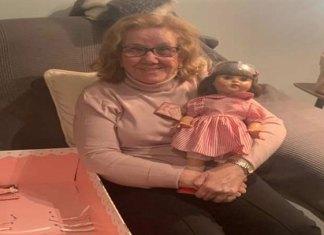 Abuelita recibe muñeca que deseó por más de 70 años