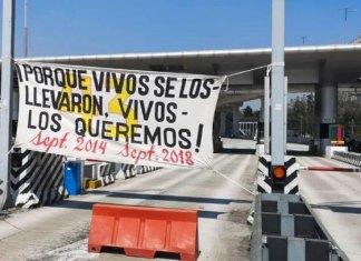Papás de los 43 toman caseta de la México-Cuernavaca