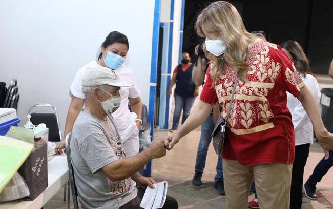 Ágil aplicación de vacuna: Maki Ortiz