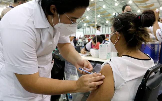 México acelera vacunación entre bajos contagios y acercamiento a Rusia