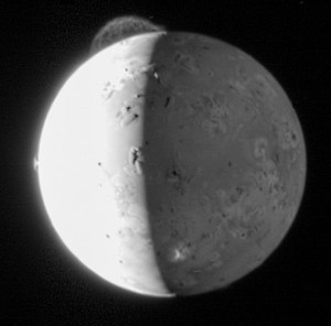 La dramática erupción del volcán Tvashtar, en Io, una de las mayores lunas de Júpiter. Imagen captada por New Horizons. Vía NASA.