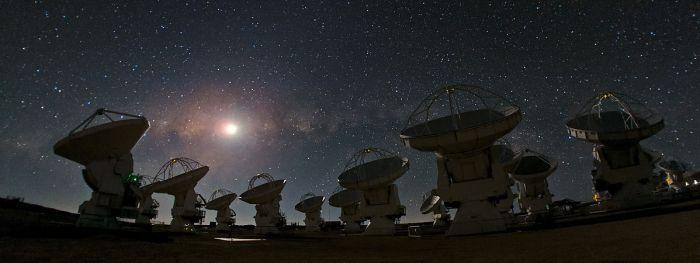 «ALMA and a Starry Night» de ESO/B. Tafreshi (twanight.org) - http://www.eso.org/public/images/potw1238a/. Disponible bajo la licencia CC BY 4.0 vía Wikimedia Commons - https://commons.wikimedia.org/wiki/File:ALMA_and_a_Starry_Night.jpg#/media/File:ALMA_and_a_Starry_Night.jpg