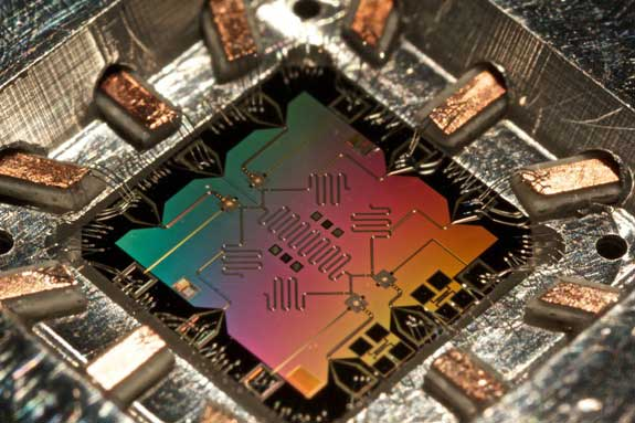 Un chip con cuatro bits cuánticos, o qubits. Imagen: Erik Lucero vía Physics Central.