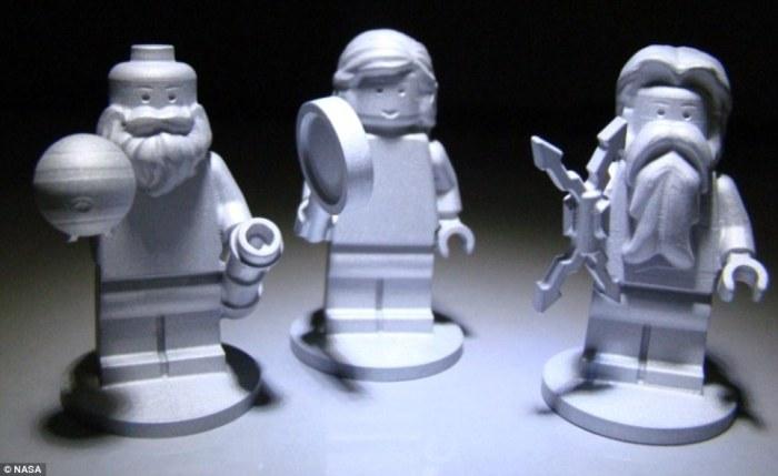 Las tres figuras de Lego a bordo de la sonda: Galileo con el planeta Júpiter y un telescopio, Juno con una lupa, y Júpiter con un rayo. Imagen: NASA.