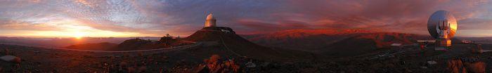 Panorama del Observatorio La Silla. Imagen: ESO/F. Kamphues vía Wikimedia Commons.