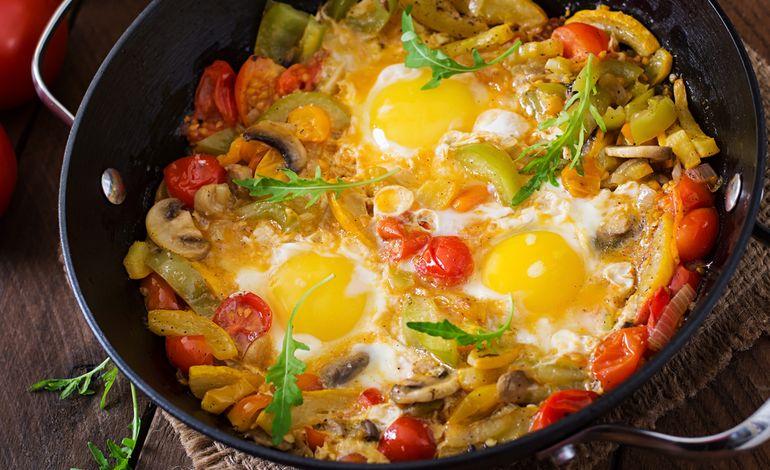 Uova occhio di bue con funghi e verdure una ricetta super