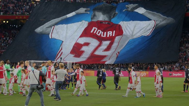 Coregrafia fanilor lui Ajax pentru Abdlehak Nouri. Sursă foto: goal.com