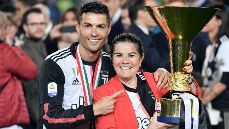 Cristiano Ronaldo și mama sa. Sursă foto: goal.com