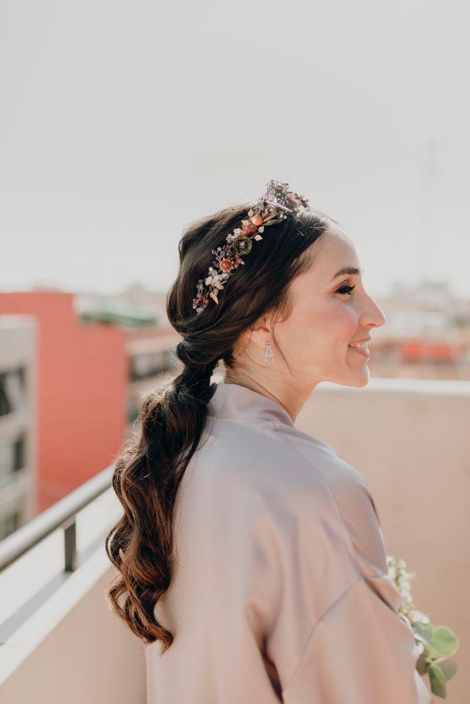 Ana sonríe de manera muy natural luciendo su precioso peinado: una coleta baja con ondas naturales y tiara