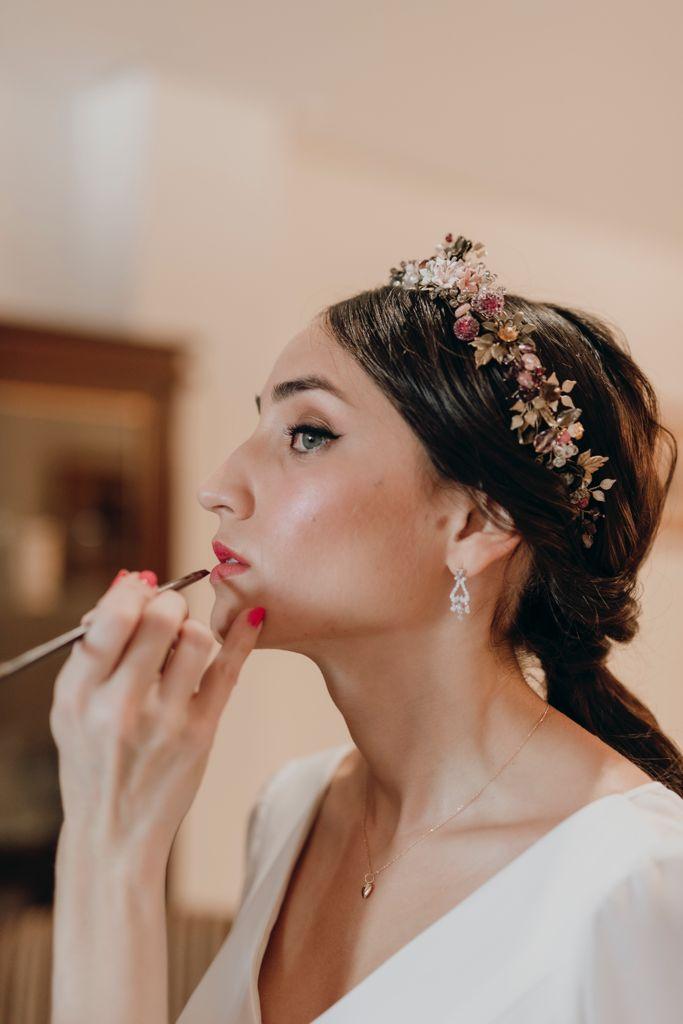Ana durante los preparativos mientras Gemma, del equipo de Princesas, le pinta los labios