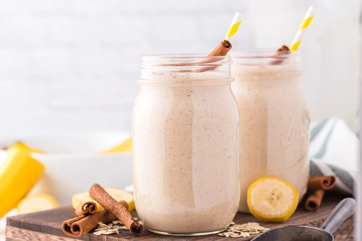 2 glasses with banana bread smoothie