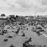 Nakon povlačenja amričkih snaga, vojnici Južnog Vijetnama su u panici skidali vojne uniforme, kako ih drugovi ne bi prepoznali, i tako ostavili more čizama na putu za Sajgon.