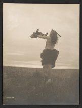 Pripadnik plemana Mandan drži lobanju bizona, 1908.
