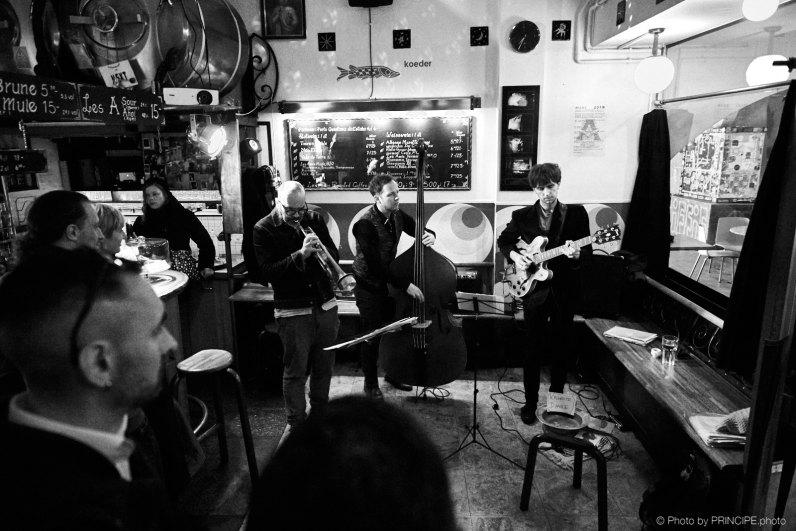 Sous Les Étoiles @ Les Amis Martin Dahanukar, trumpet Dimitri Howald, guitar Philipp Moll, double-bass © 11.03.2019 Patrick Principe