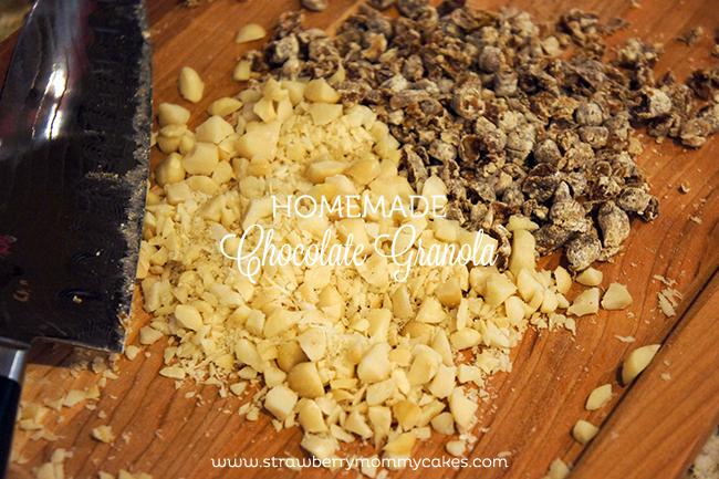 Homemade Chocolate Granola on www.strawberrymommycakes.com #recipe #healthyrecipe #granolarecipe #chocolate