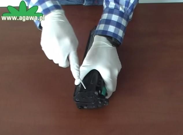 Снимаем боковую крышку прямой отверткой