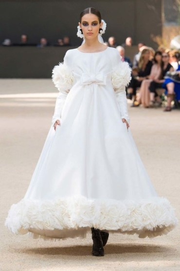 The finale bride at Chanel Haute Couture FW 2017/18. Source: http://www.vogue.com.au/fashion/fashion+shows/haute+couture/galleries/chanel+haute+couture+autumn+winter+17+18,42554?adkit_ref=/fashion/fashionShows/hauteCouture