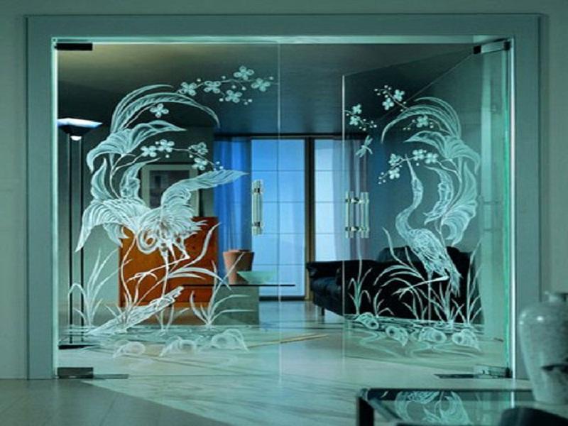 Стеклянные двери, изготовленные с применением пескоструйной обработки
