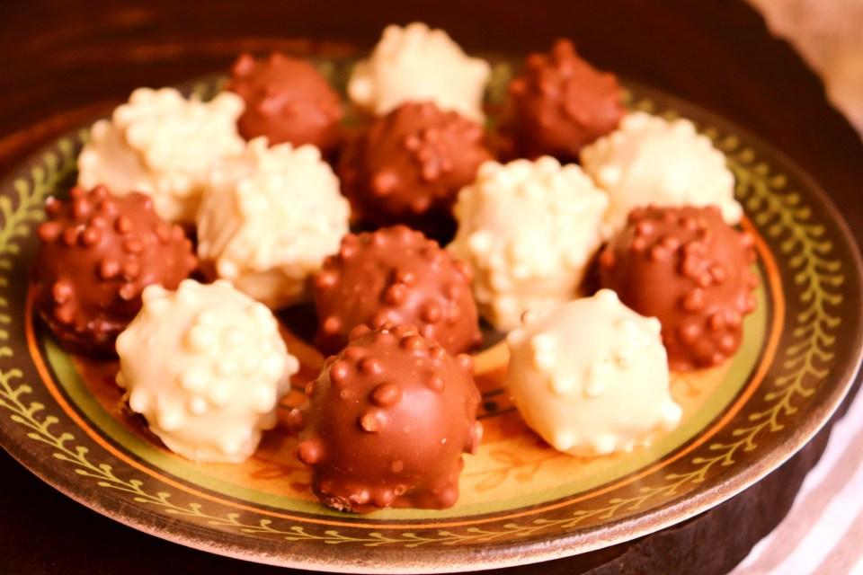 imagem de bombom com recheio caramelizado macio e coberto com flocos de arroz e chocolate