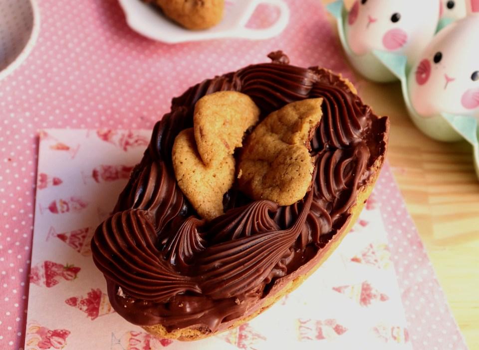 imagem mostra um ovo com casca de cookie recheado de brigadeiro de nutella