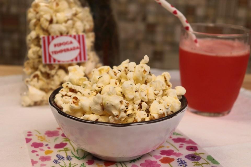 Pipoca de Parmesão e Orégano, uma pipoca temperada fácil de fazer e deliciosa para update no dia seu cinema em casa!
