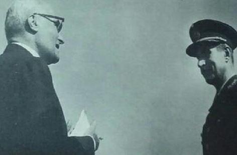 Agostino Rocca con el presidente de Fabricaciones Militares, el general Oscar Chescotta