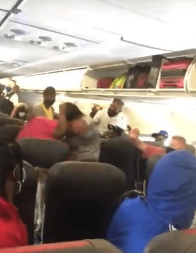 Sana distan... Pasajeras llegaron a los golpes en un avión porque una de ellas se negó a usar cubrebocas