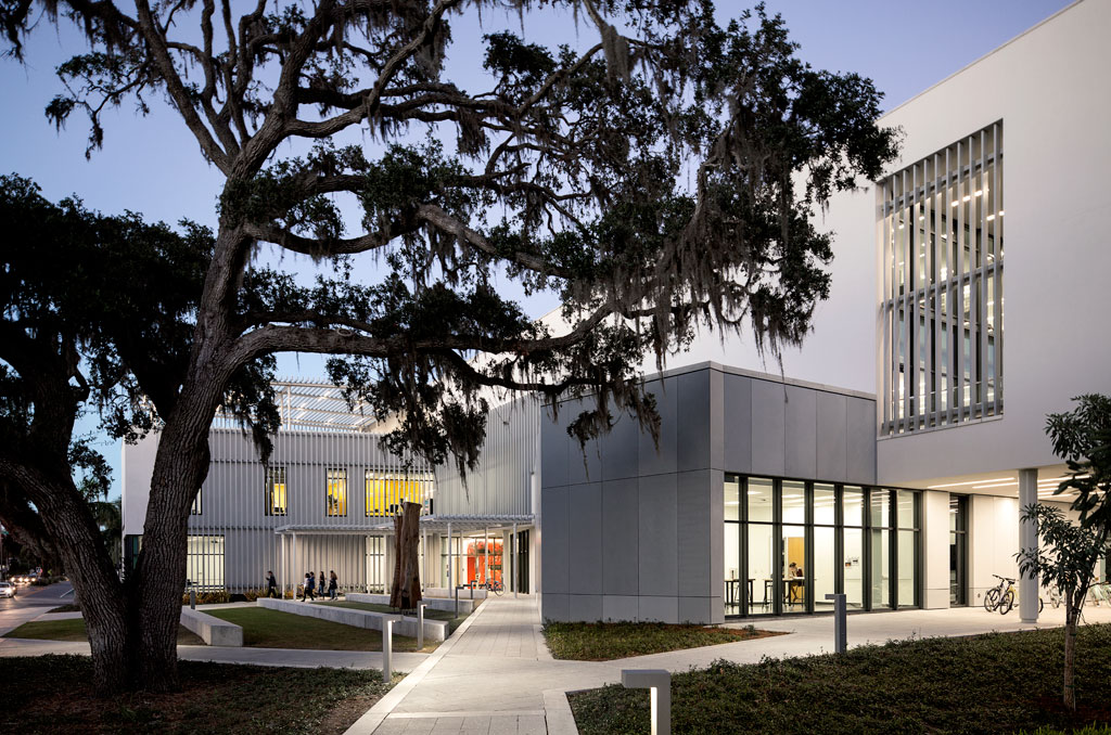 The Alfred R. Goldstein Library is a bold, collaborative space designed by Shepley Bulfinch to highlight and inspire the creativity of students and alumni. (Shepley Bulfinch, design architect; Sweet Sparkman, associate architect). Photo credit: Jeremy Bitterman