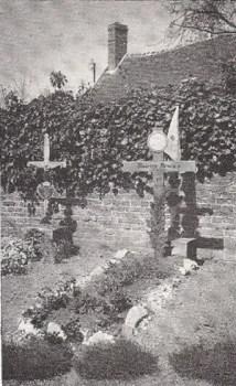 la tombe du Cdt Maurice Arnoux dans le cimetière d'Angivillers
