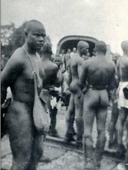 scéance d'épouillage de prisonniers coloniaux dans un stalag