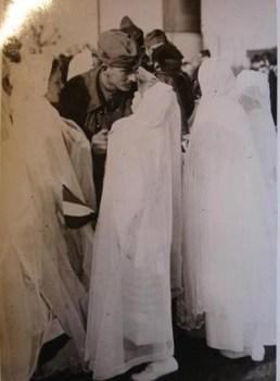 des communiantes acceuillent des prisonniers de guerre fraichement libérés