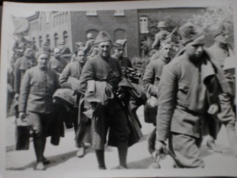 prisonniers de guerre en route pour l'exil