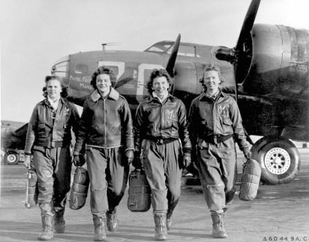 livraison d'un B-17 Flying Fortress sur l'aérodrome de Lockbourne AAF, dans l'Ohio. De gauche à droite, Frances Green, Marget Peg Kirchner, Ann Waldner et Blanche Osborn