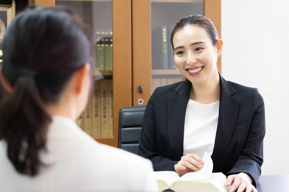 民事の相談を受ける弁護士の女性