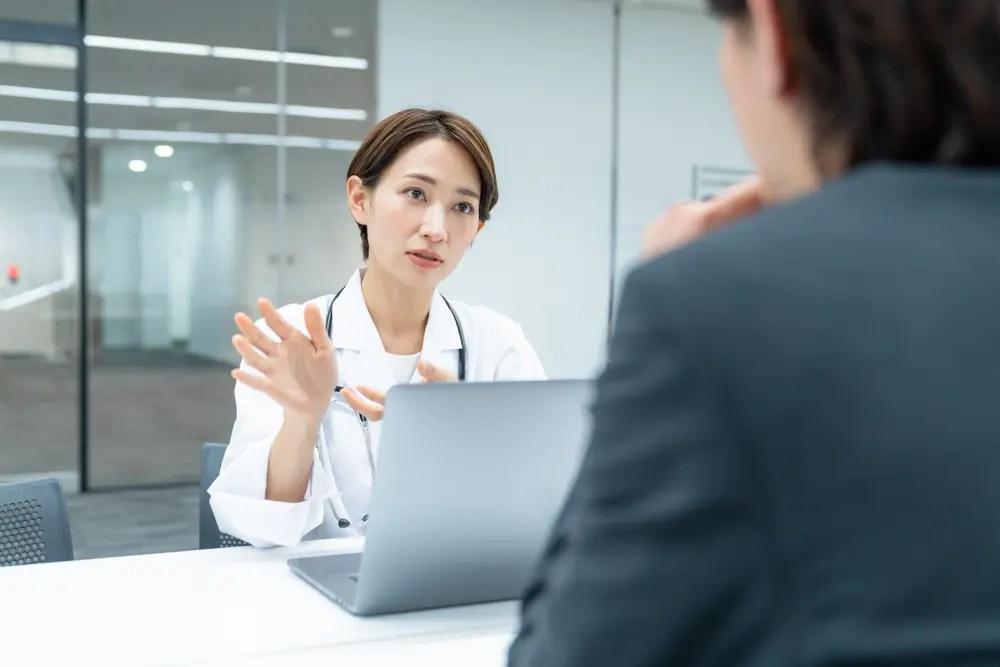 担当企業でカウンセリングを行う公認心理師の女性