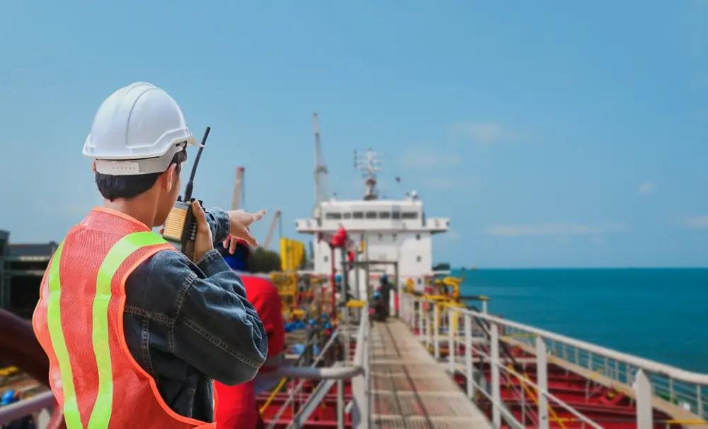 機関長の指示の下、甲板で作業をする海技士