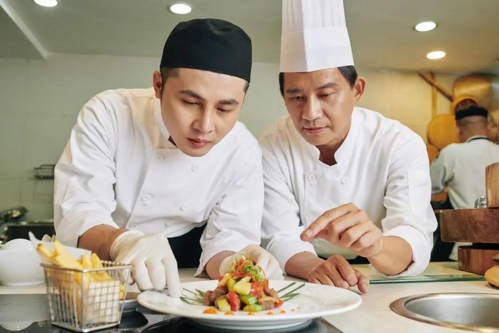 調理の指導をする専門調理師・調理技能士