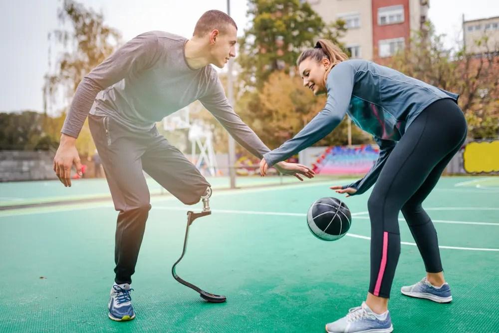 義肢装具士の指導のもとリハビリを行うスポーツ選手