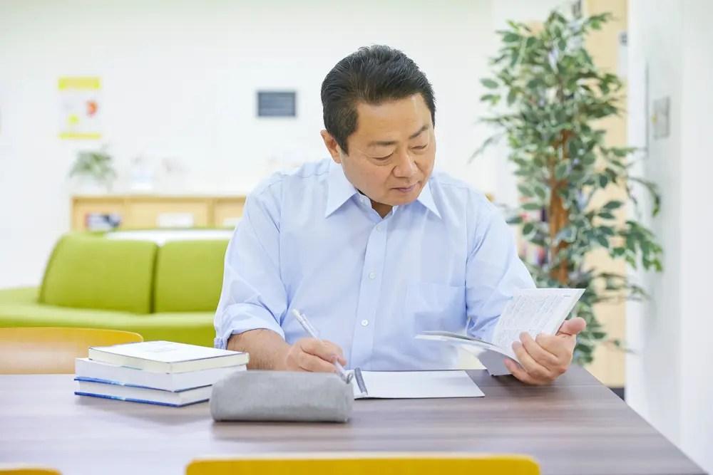 老後に備えて資格取得の勉強に励む中年男性