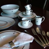 Besteck und Porzellan mit Familienwappen