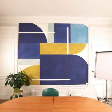 Pose tendue pour l'habillage mural d'une salle de réunion – Crédit photo : Ahmed Hadj Ameur