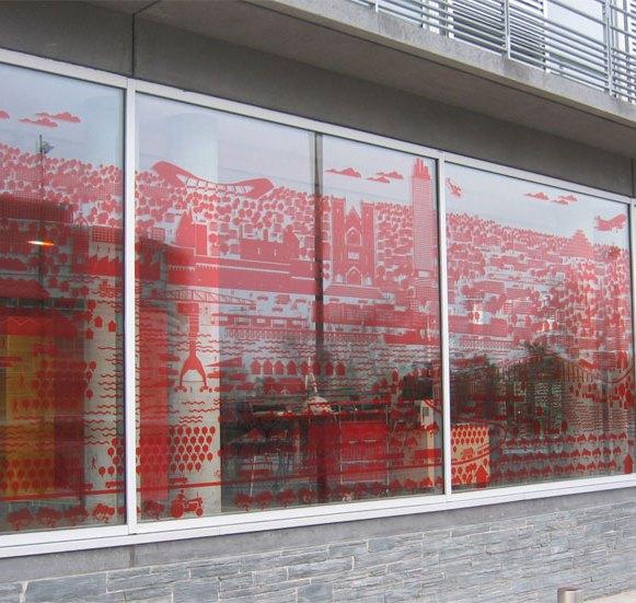Décoration des vitrages du bâtiment de Nantes Métropole en collaboration avec Metalobil. La première fresque adhésive représente la métropole de Nantes en pictogrammes.